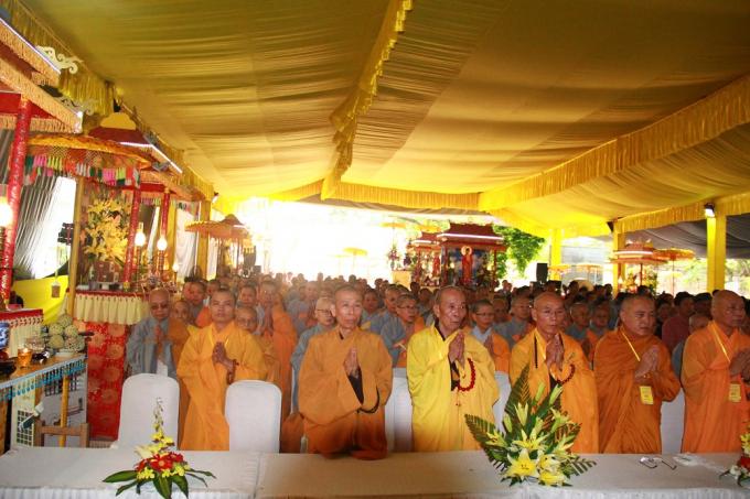 Đại lễ diễn ra trang nghiêm với sự tham gia của hàng trăm tăng ni, phật tử.
