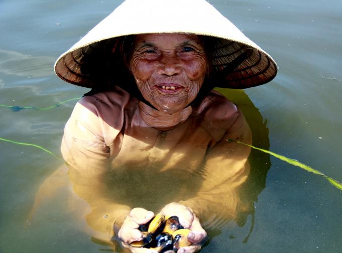 """Những """"thân cò"""" mưu sinh trên phá Tam Giang"""