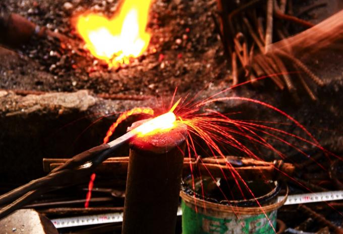 Những 'bông hoa lửa' muôn hình vạn trạng nở trên tay người thợ rèn.