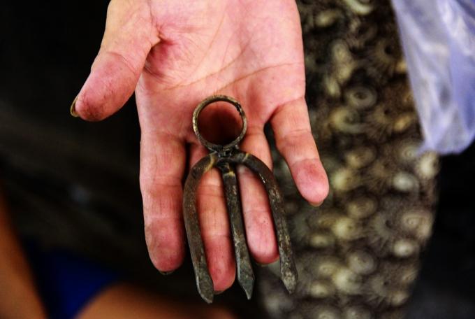 Những thứ mà các thợ rèn ở làng cổ Bao Vinh làm ra chủ yếu là các loại nông cụ như cuốc, xẻng, dao, rựa, cày, liềm hái...