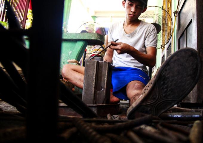 Từ làng Vinh Hiền, có nhiều người đã tới và định cư ở làng Bao Vinh, họ tập trung lại thành xóm và tiếp tục phát triển và sinh sống bằng nghề rèn, nghề sắt truyền thống.
