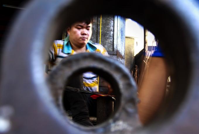 Anh Trương Tiến Nhật (29 tuổi) con trai lớn của ông Trương Thái, một trong số ít người trẻ trong làng còn làm nghề rèn, nghề sắt truyền thống. Anh Nhật bắt đầu rèn từ năm lớp 6.