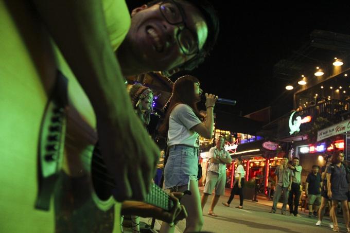 Các nhóm bạn trẻ cũng có cơ hội thể hiện tài năng ca hát khi giao lưu với những nhóm nhạc đường phố tại đây.