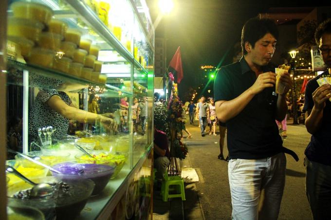 Nhiều món ăn đặc trưng được bày bán.