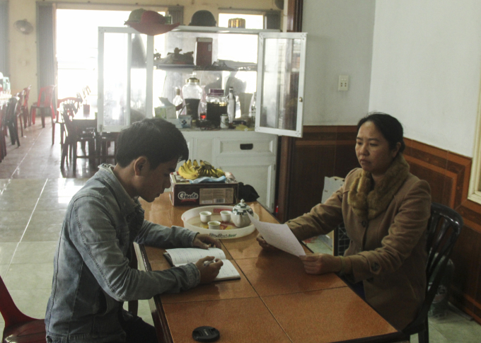 Bà Minh (bên phải) đã trình đơn tố cáo lên cơ quan chức năng để cầu cứu nhưng chưa thấy phản hồi.