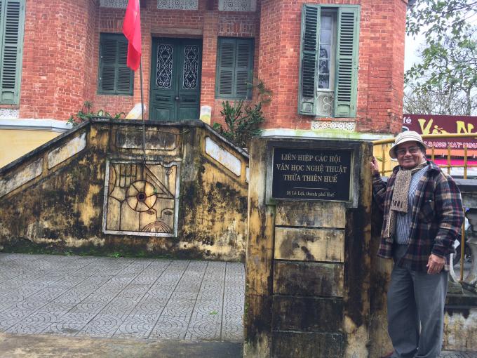 Nhà thơ Võ Quê trước trụ sở (Ảnh: Thân Hiền)