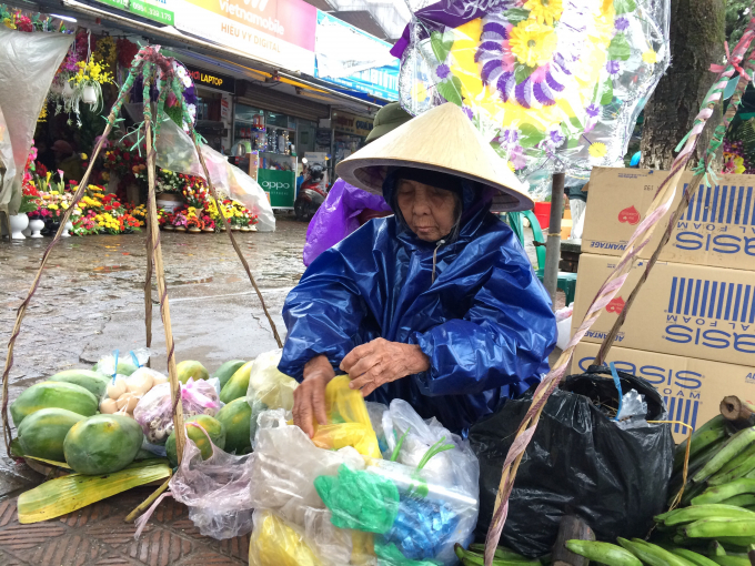 Gánh hàng rong ở chợ Đông Ba (Ảnh: Chu Duyên )