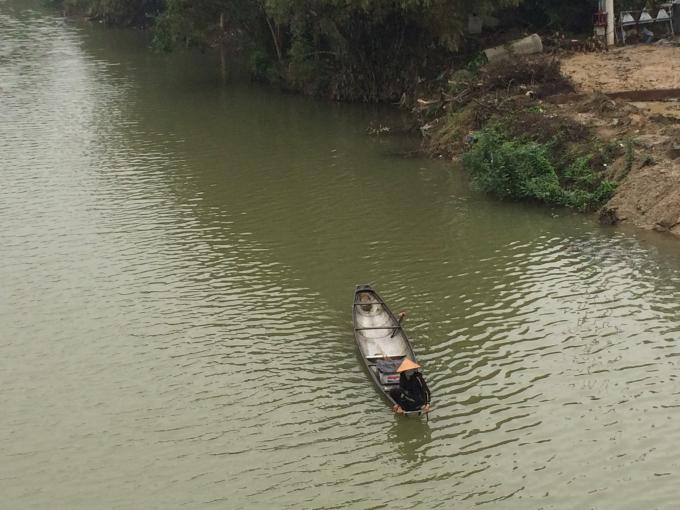 Rét buốt chèo ghe thả lưới dưới sông (Ảnh: Thân Hiền)