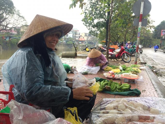 Dù lạnh nhưng bà vẫn phải dọn hàng từ sáng sớm để kiếm tiền (Ảnh: Thân Hiền)