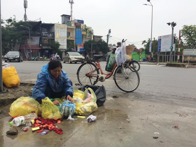 Nhặt ve chai trên mọi cung đường ở thành phố (Ảnh: Chu Duyên )