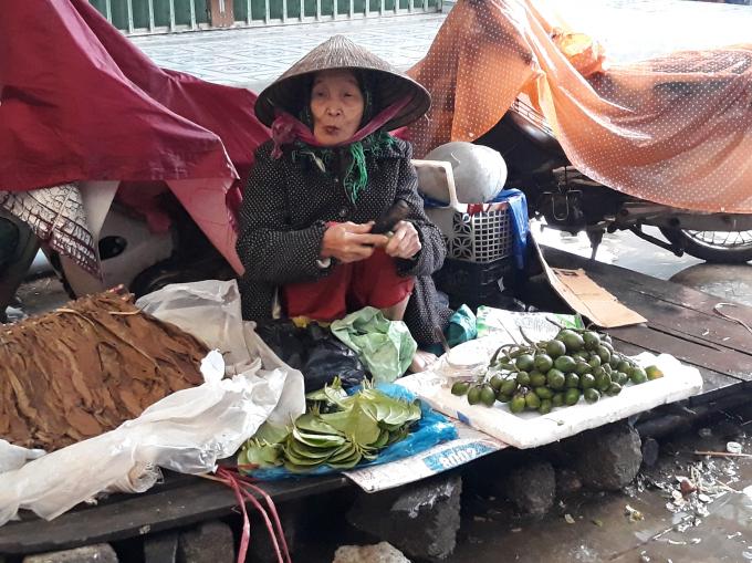 Gian hàng ở chợ Nong vắng khách (Ảnh: Mỹ Phúc)