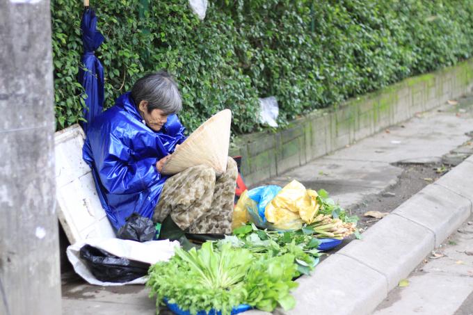 Bà Tuyết đã 79 tuổi, không chồng con cũng không có bà con, chỉ có gánh hàng giúp bà sống qua từng ngày. (Ảnh: Phùng Hà)