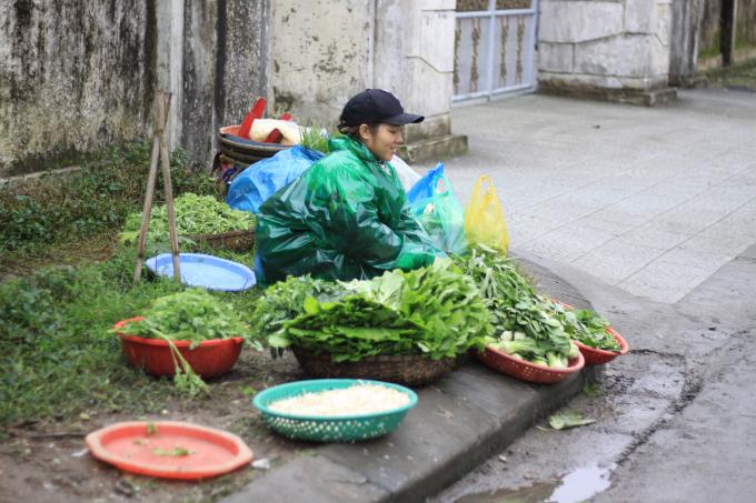 Chị Trinh đang gánh gồng cuộc sống cơm áo gạo tiền trong ngày rét. (Ảnh: Phùng Hà)