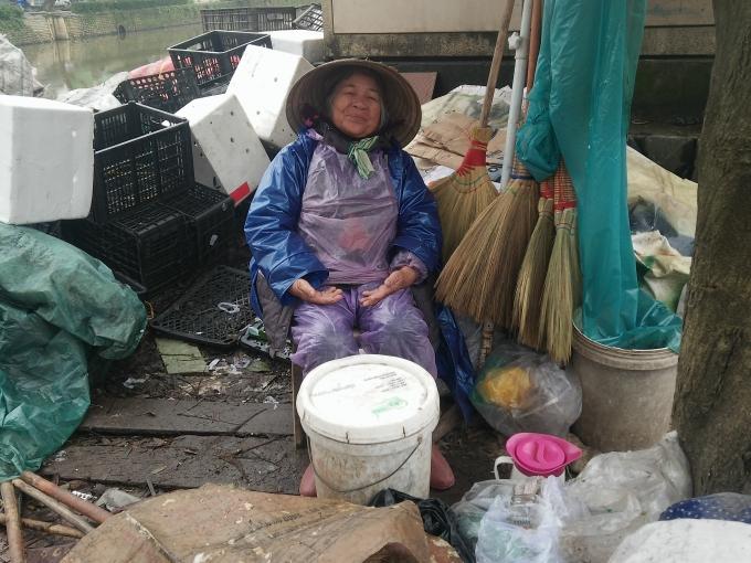 Bà Bùi Thị Nghiệp bên gánh hàng. (Ảnh: Như Quỳnh)