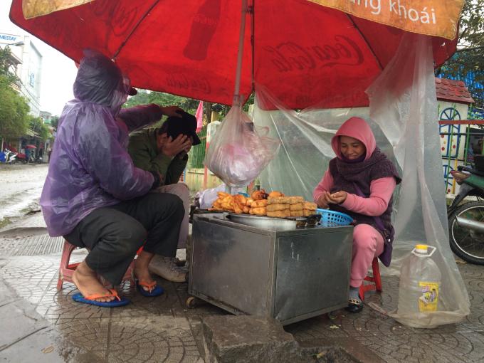Bán bánh trong thời tiết buốt lạnh (Ảnh: Nguyễn Hiền)