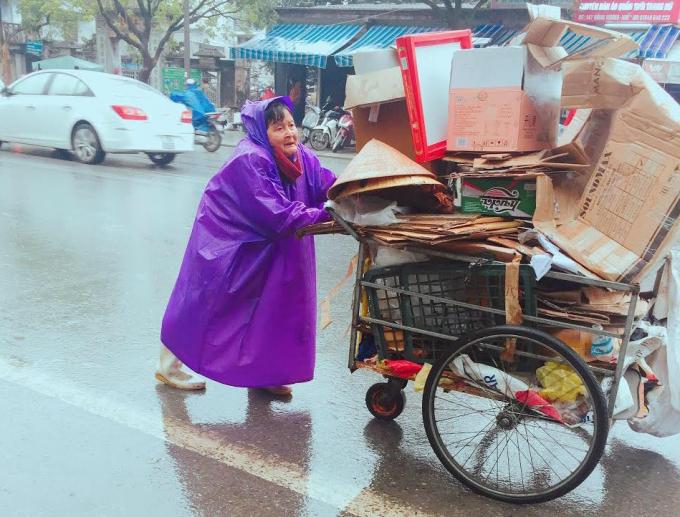 Cụ bà gồng mình với chiếc xe nặng (Ảnh: Kiều Trinh)