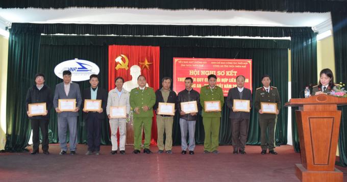 Trao thưởng cho các đơn vị có thành tích trong công tácphối hợp liên ngành Công an-đường sắt 2017.