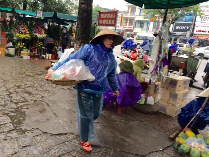 Rao bán hàng giữa trời mưa (Ảnh: Nguyễn Hiền)