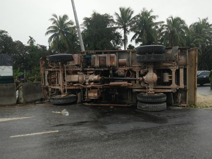 Chiếc xe nằm nghiêng sau vụ tai nạn.