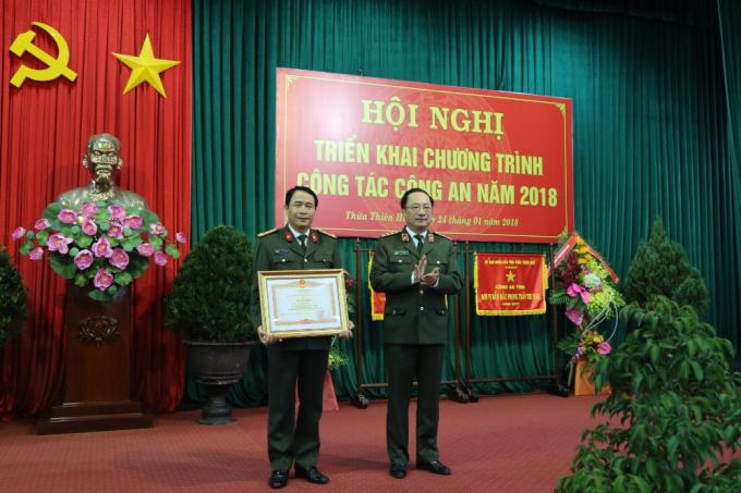 Đại tá Lê Quốc Hùng - Giám đốc Công an tỉnh TT Huế nhận Bằng khencủa Thủ tướng Chính phủ.