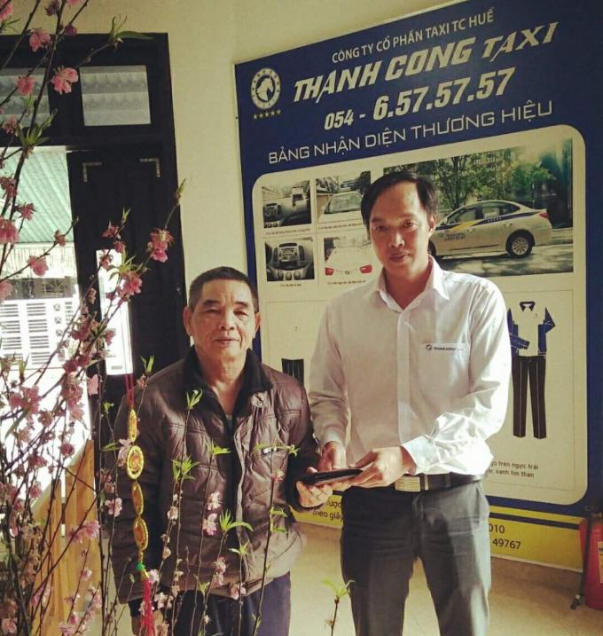 Đại diện Taxi Thành Công Huế trao trả lại cho khách hàng đầy đủ tiền mặt và giấy tờ tùy thân.