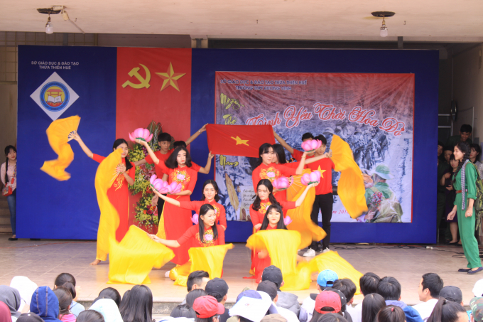 Tiết mục múa bắt đầu Ngày thơ Việt Nam tại trường THPT Hương Vinh.