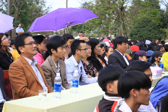 Thầy Huỳnh Trương Thân (đầu tiên bên trái) tại Ngày thơ Việt Nam tổ chức tại trường.