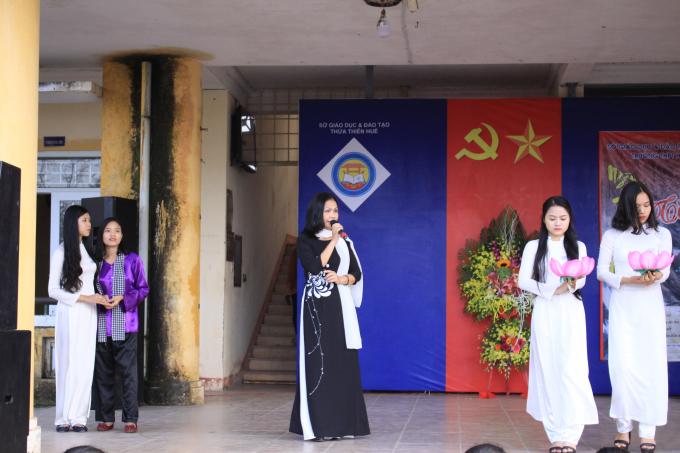 Cô Nguyễn Thị Thúy Ngọc với bài hát