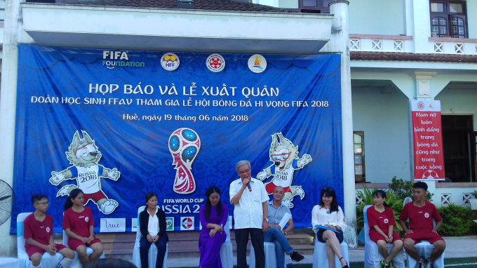 Ông Ngô Hòa, nguyên PCT Uỷ ban nhân dân tỉnh Thừa Thiên Huế, nguyên Chủ tịch Liên đoàn Bóng đá Huế tham dự và chúc mừng các cầu thủ.
