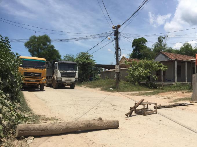 Bức xúc vì bụi, người dân tỉnh lộ 16 (TX Hương Trà, tỉnh Thừa Thiên Huế) mang gỗ, vật dụng thô sơ… chặn xe.