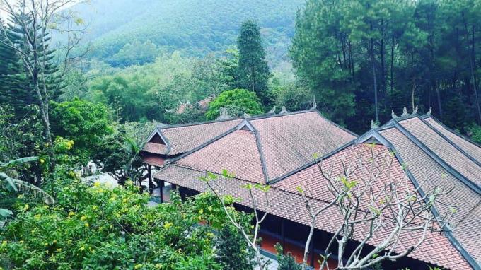 Khung cảnh chùa Huyền Không Sơn Thượng lưng chừng giữa núi đồi.