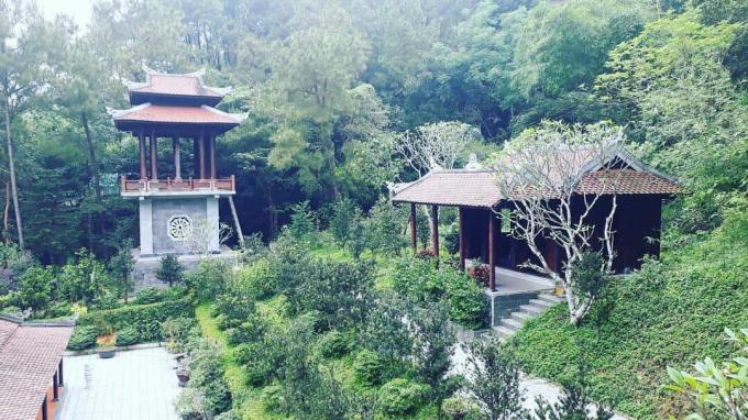 Khung cảnh yên bình của khuôn viên Huyền Không Sơn Thượng.