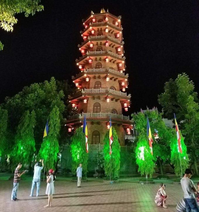 Tháp 7 tầng chùa Từ Đàm nổi bật giữa thành phố khi đêm về.