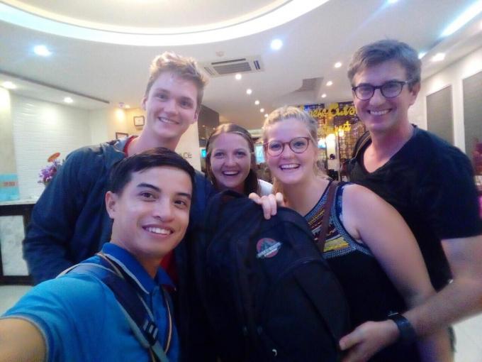 Crombez Ewout cùng người thân chụp ảnh lưu niệm vớihướng dẫn viên du lịch công ty Bạn đồng hành tại Huế - A Travel Mate Hue Branch .