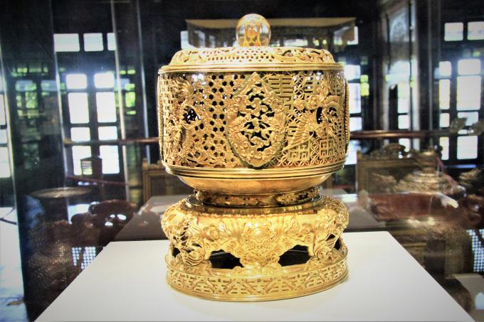 Đài thờ - Vật đựng lễ phẩm trong nghi lễ cung đình.              Ấn Tự Đức thần hàn và Ấn Chính hậu chi bảo được làm bằng vàng.              Tượng Rồng làm từ vàng và gỗ, niên hiệu Thiệu Trị thứ 2 (1842). Đây là bảo vật dùng trang trí thư phòng nhà vua.              Nhiều đồ dùng sử dụng trong sinh hoạt của triều Nguyễn được trưng bày tại triển lãm.              Nhiều đồ dùng sử dụng trong sinh hoạt của triều Nguyễn được trưng bày tại triển lãm.                    Nhiều đồ dùng sử dụng trong sinh hoạt của triều Nguyễn được trưng bày tại triển lãm.