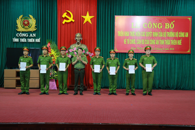 Đại tá Lê Quốc Hùng - Giám đốc CA tỉnh trao quyết định. .