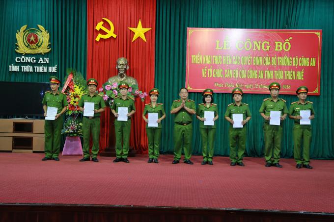 Đại tá Lê Văn Vũ - PGĐ trao quyết định.