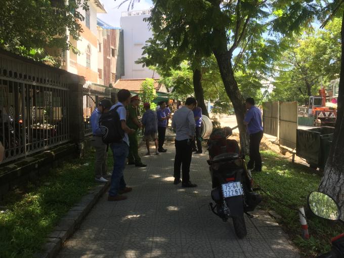 Nóng: Phát hiện vật thể nghi mìn ngay vỉa hè đường Nguyễn Huệ