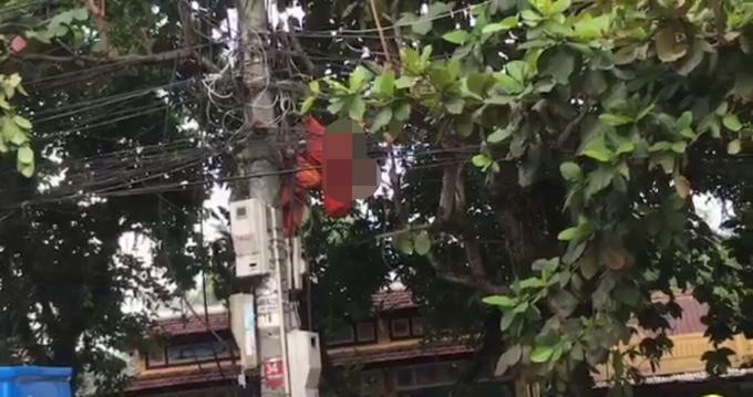 Nạn nhân gặp nạn ngay trên cột điện. (Ảnh chụp từ video facebook Huu Loi Ngo)