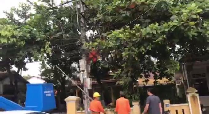 Nhận thấy nạn nhân bị bất tỉnh đồng nghiệp nạn nhân nhanh chóng đưa nạn nhân xuống.(Ảnh chụp từ video facebook Huu Loi Ngo)