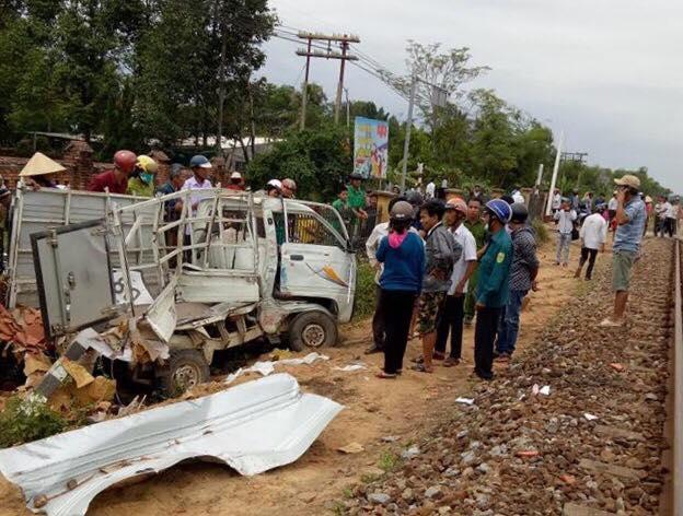Chiếc xe tải hư hỏng nặng sau cú va chạm. (Ảnh: Ngô Công Tấn)
