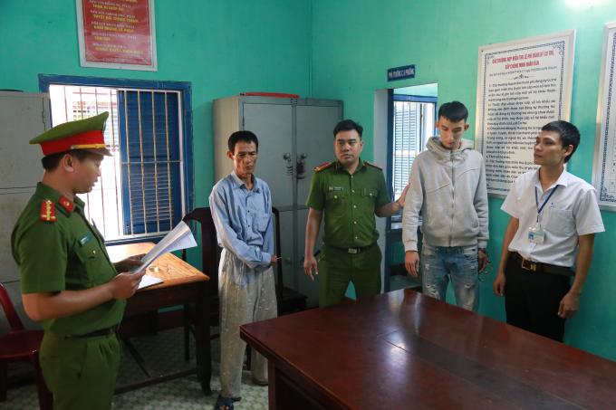 Đối tượng Trần Ngọc Sơn (giữa) bị bắt giữ.