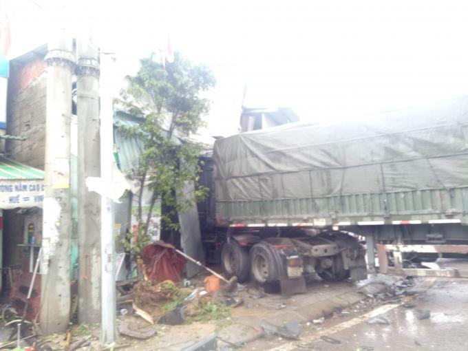 Cả 2 xe tải lao vào nhà dân.