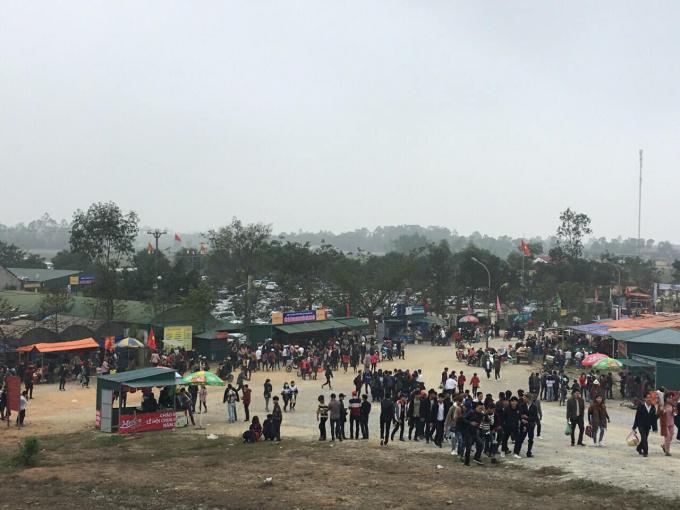 Nhiều du khách mọi nơi đổ về đi lễ chùa trong ba ngày đầu năm mới.