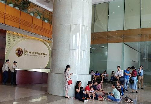 Nhiều khách hàng tập trung tại Tập đoàn Nam Cường để yêu cầu giải quyết.
