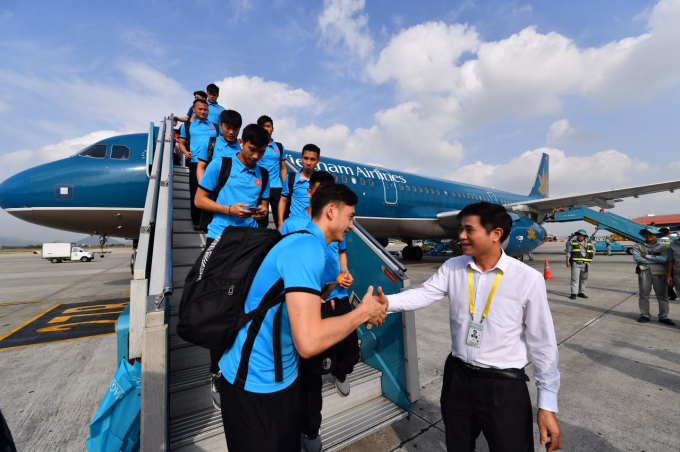 Các cầu thủ được chào đón nồng nhiệt tại sân bay Nội Bài
