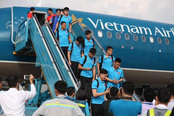 Trước đó, Vietnam Airlines đã bố trí tổng cộng 03 chuyến bay thẳng từ Hà Nội và Tp. Hồ Chí Minh đi Bacolod chở đội tuyển và người hâm mộ sang Phillipines cổ vũ. Hãng đã phối hợp với một số công ty du lịch xây dựng chương trình du lịch trọn gói trong ngày 2/12 trên cơ sở kết hợp vé máy bay của các chuyến bay này với dịch vụ lữ hành, giúp các cổ động viên thoải mái tận hưởng không khí trận bán kết lượt đi.