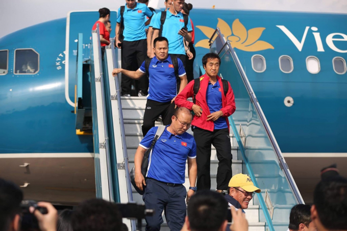 14h15 chiều nay (3/12), chuyến bay của Vietnam Airlines từ Bacolod đã đưa đội tuyển quốc gia Việt Nam và cổ động viên hạ cánh xuống sân bay quốc tế Nội Bài.