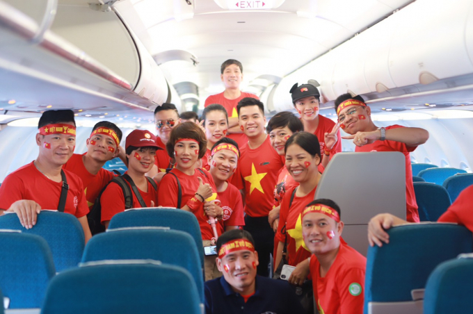 Người hâm mộ trên chuyến bay của Vietnam Airlines tham dự Bán kết AFF Cup 2018.