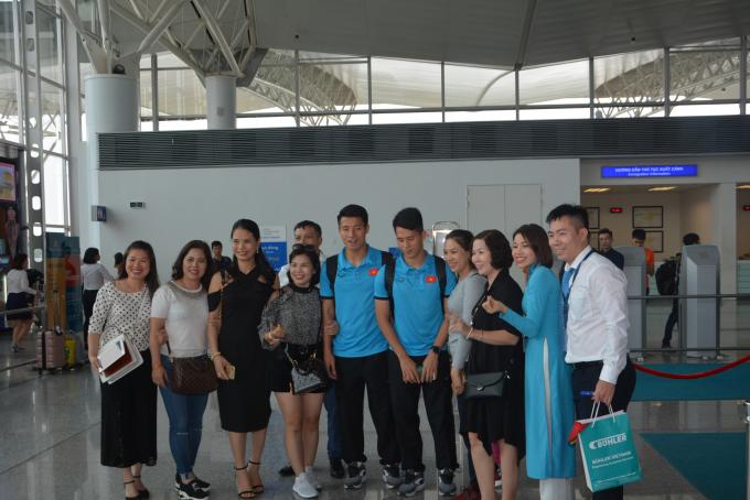 Các cầu thủ chụp hình cùng người thân gia đình trước khi lên đường chinh phục đối thủ Malaysia.
